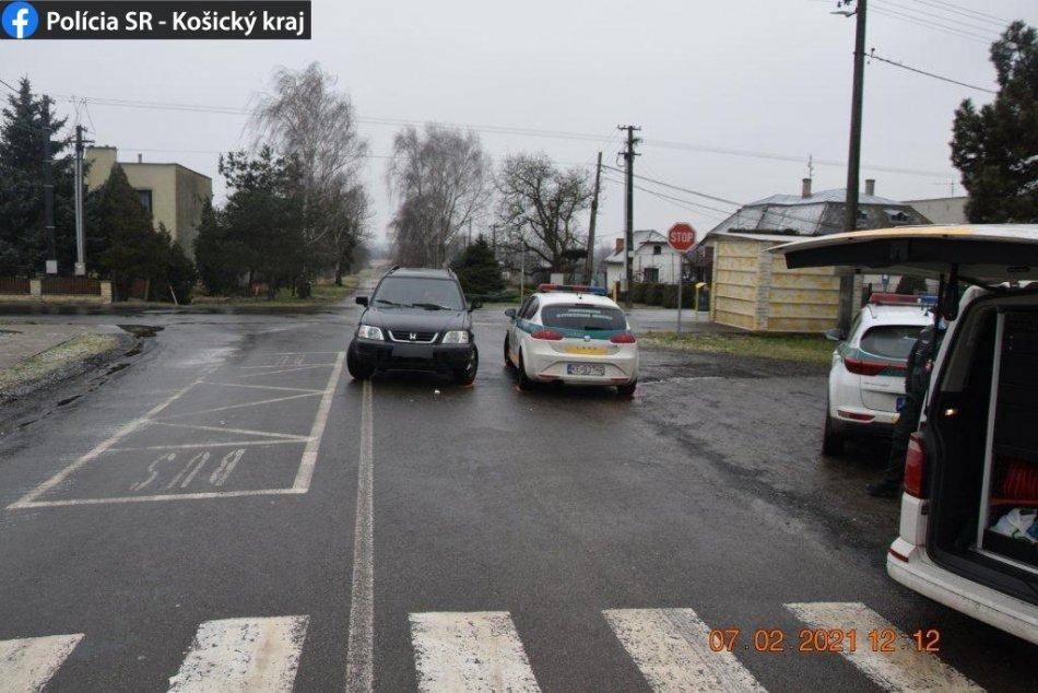 Ilustračný obrázok k článku Vodič nabúral do policajného auta, zranil sa policajt, FOTO