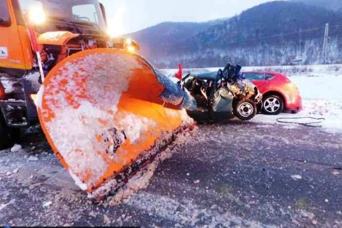 Ilustračný obrázok k článku Pri Sabinove došlo k hrozivej nehode cestárov s dvomi osobnými autami!