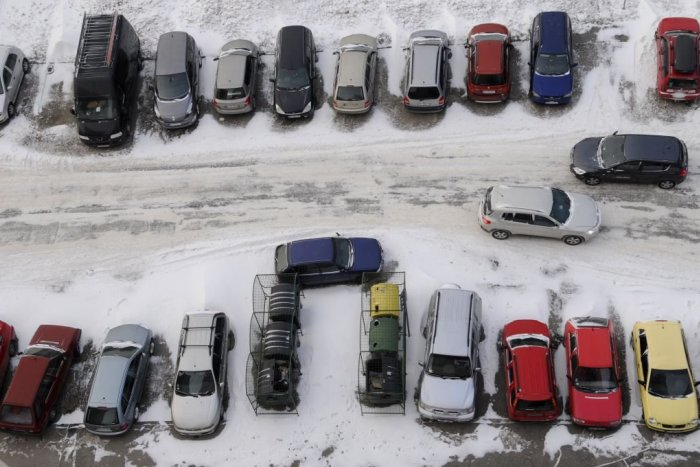 Ilustračný obrázok k článku Prešovčan Vlado nezvládol parkovanie: Na Šidlovci zrámoval terasu, oplotenie a kvetináč