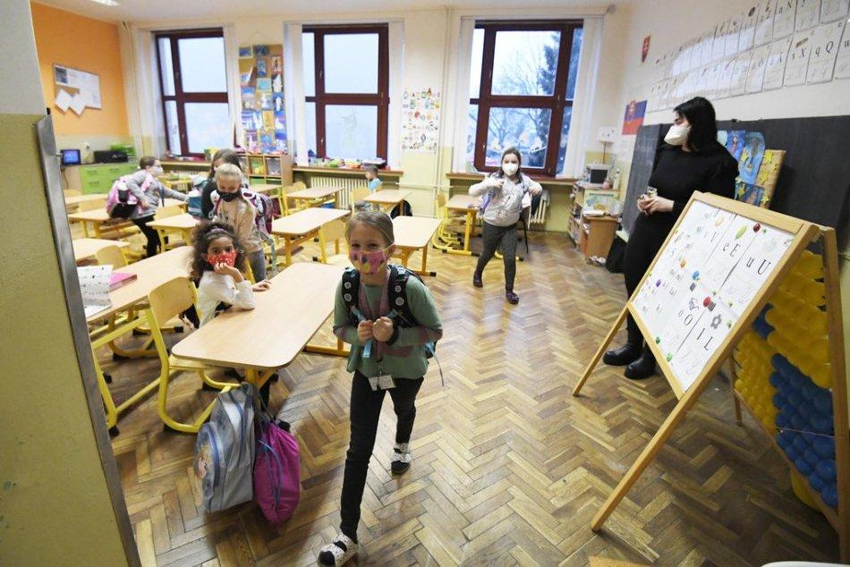 Ilustračný obrázok k článku Niektoré bratislavské mestské časti otvoria školy: Ktoré ročníky si sadnú do lavíc?