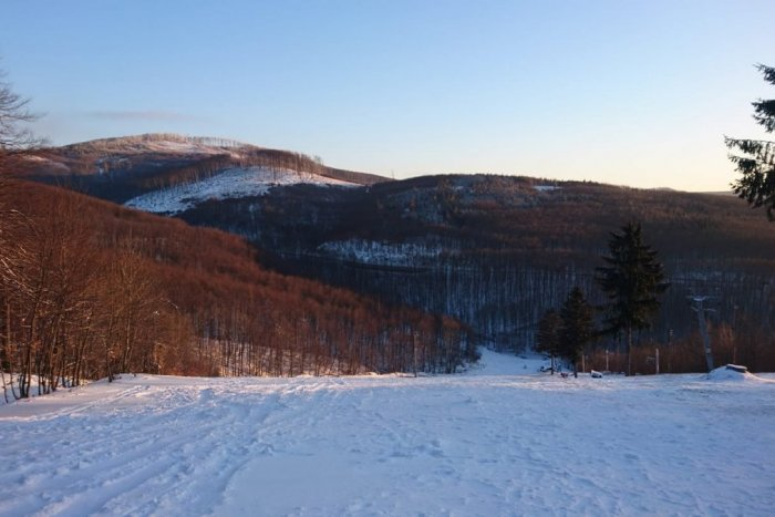 Ilustračný obrázok k článku Prírodný sneh upravený skútrom: Na Pezinskej Babe to vyzerá ako v rozprávke