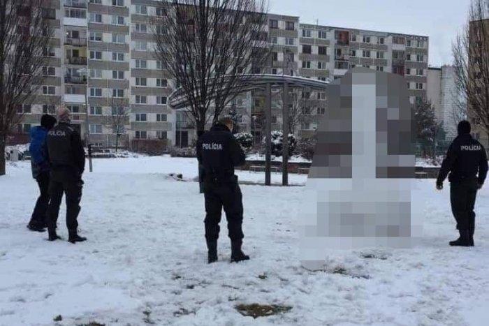 Ilustračný obrázok k článku Šokoval, aj pobavil. Polícia riešila netradičného snehuliaka, FOTO