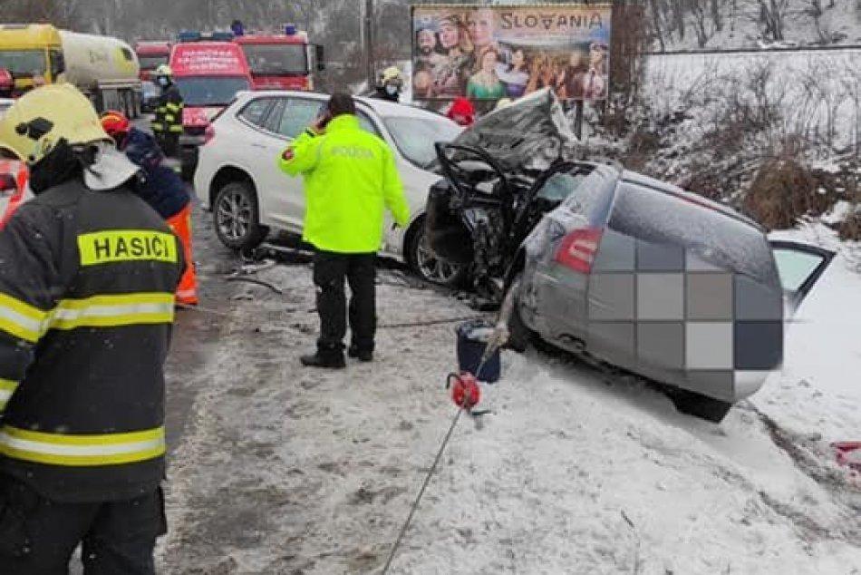 Ilustračný obrázok k článku Neďaleko Ružomberka došlo k čelnej zrážke: Cesta je neprejazdná, FOTO