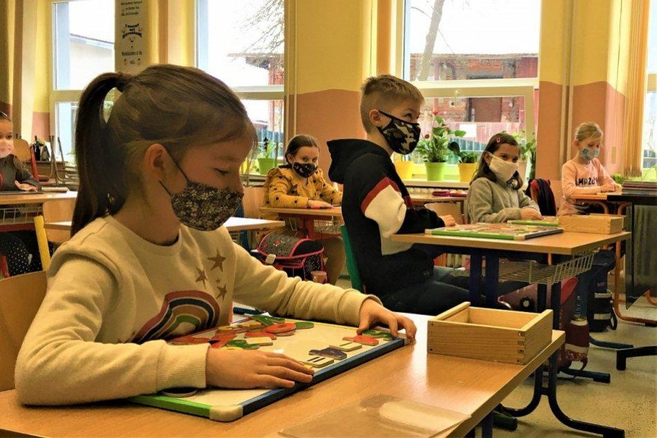 Ilustračný obrázok k článku Žiarsky okres je čierny, Kremnica však otvára školy: Primátor vysvetľuje dôvody