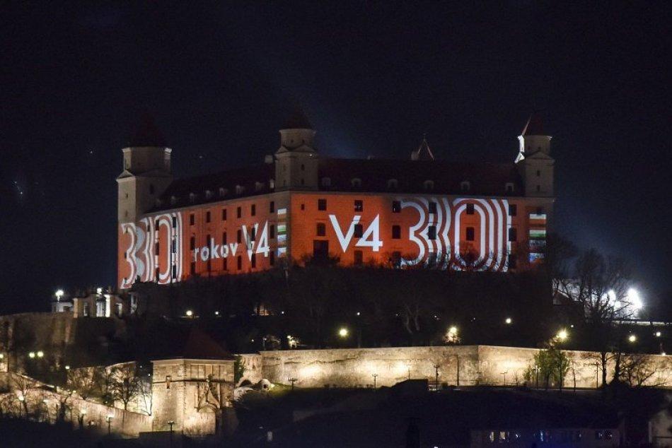 Ilustračný obrázok k článku FOTO: Bratislavský hrad je slávnostne nasvietený. Akú udalosť pripomína?