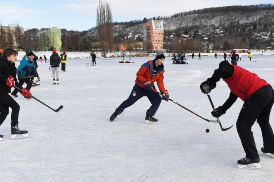 Ilustračný obrázok k článku V OBRAZOCH: Košičania vytiahli korčule a hokejky. Zamrznuté Jazero je lákadlom