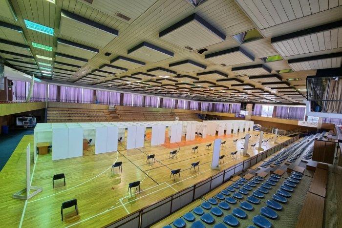 Ilustračný obrázok k článku V Trnave sa vynašli: PALUBOVKU športovej haly prispôsobili očkovaniu! FOTOGALÉRIA