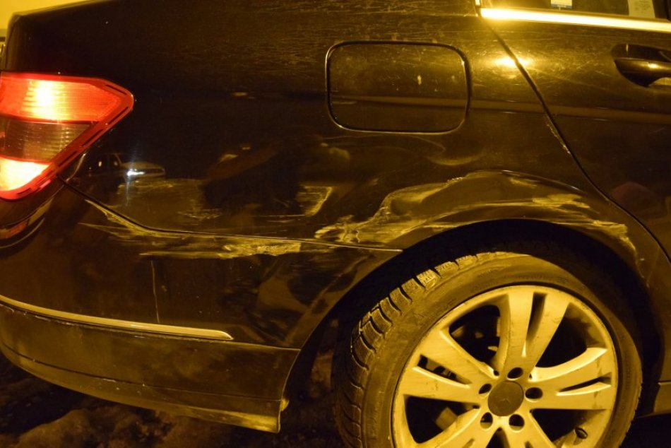Ilustračný obrázok k článku Opitá žena jazdila zo strany na stranu: Narazila do zaparkovaných áut, FOTO