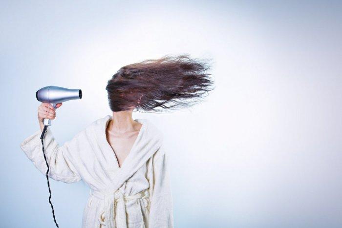 Ilustračný obrázok k článku Skvelé tipy a triky od profesionálov: Oslňte okolie žiarivou farbou svojich vlasov!
