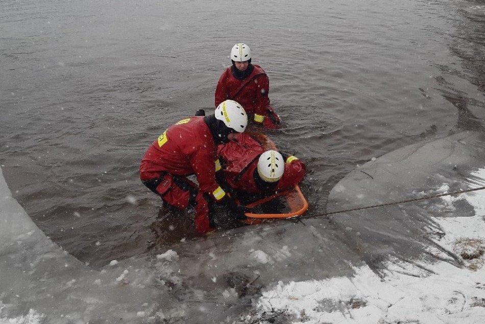 Ilustračný obrázok k článku Prievidzskí hasiči cvičili v ľadovej vode nádrže Kanianka, FOTO