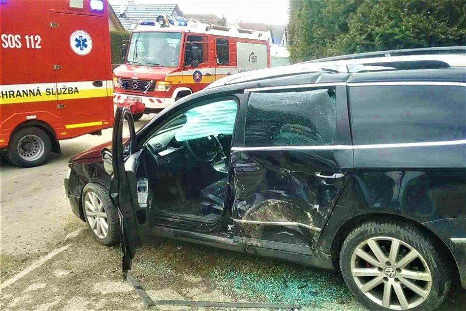 Ilustračný obrázok k článku Zrážka áut v okrese Trenčín: Sanitky odviezli dvoch zranených do nemocnice, FOTO