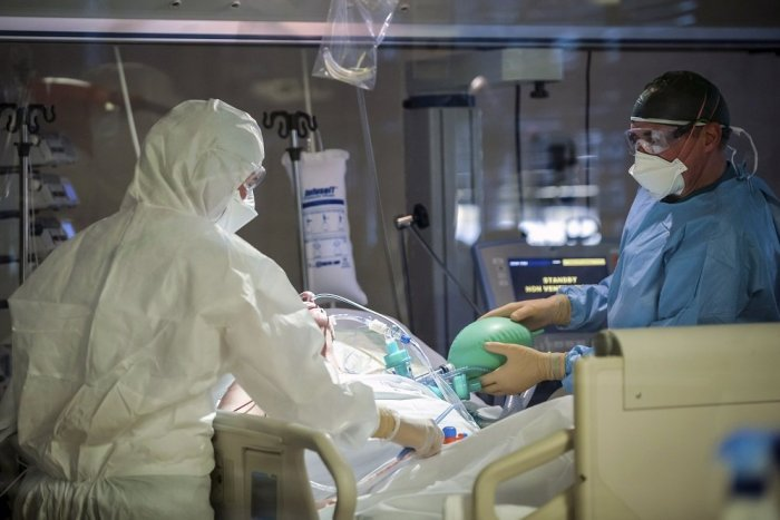 Ilustračný obrázok k článku Počet pacientov s COVID-19 vo vojenskej nemocnici klesá, zarazí ale počet obetí