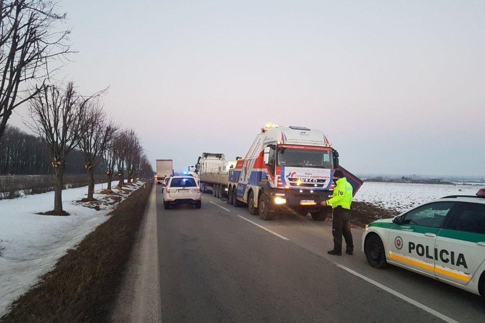Ilustračný obrázok k článku Havária kamiónu obmedzila premávku, náklad prekladali do nočných hodín, FOTO