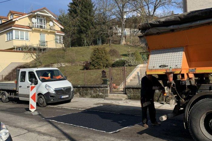 Ilustračný obrázok k článku Vodiči sa potešia: V Bystrici začali s opravou najkritickejších výtlkov
