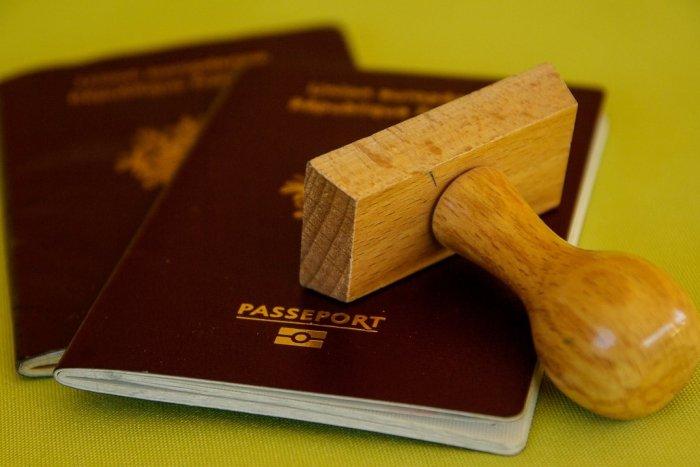 Ilustračný obrázok k článku Kreatívny cudzinec si vylepšil doklady: Policajtom v Trnave dal upravený pas