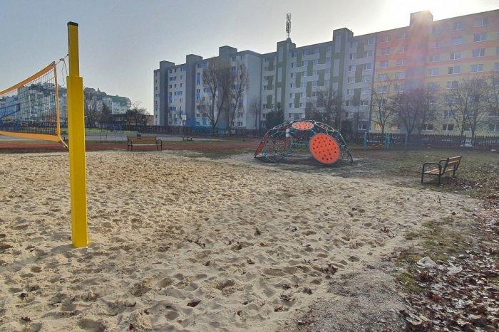 Ilustračný obrázok k článku Volejbalové ihrisko ako na pláži: Chátrajúci školský areál skrásnel