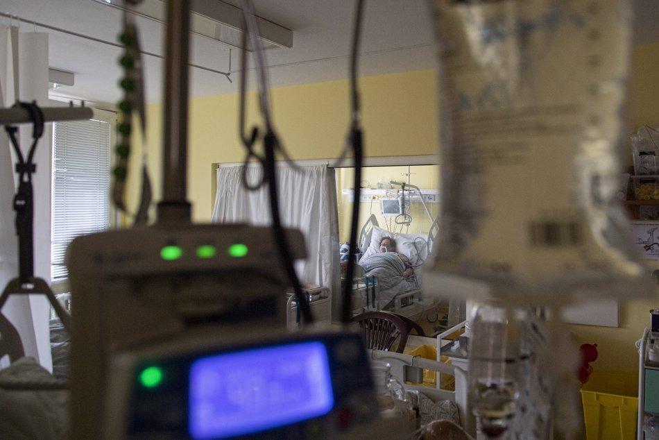Ilustračný obrázok k článku Koronavírus: Nemocnice hlásia rekordný počet hospitalizovaných, pribudlo 118 úmrtí