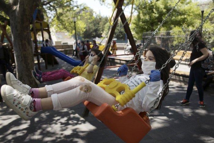Ilustračný obrázok k článku CHYSTÁTE sa s deťmi do parku alebo na ihrisko? Nezabudnite, aj tam platia ROZOSTUPY!