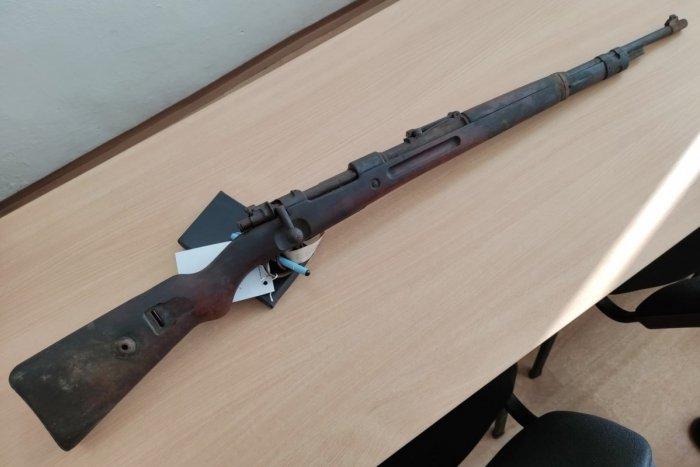 Ilustračný obrázok k článku Búracie práce s nečakaným prekvapením: Na povale objavili starú pušku