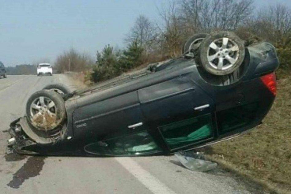 Ilustračný obrázok k článku Dopravná nehoda v Považskej Bystrici: Vodič prevrátil auto na strechu, FOTO