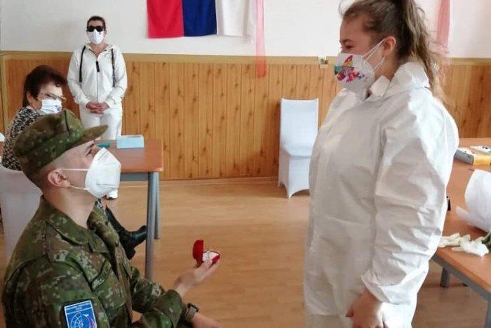 Ilustračný obrázok k článku Zdravotníčka išla na testovanie pomáhať, potom prišiel ŠOK: Vojak ju dojal k slzám! FOTO