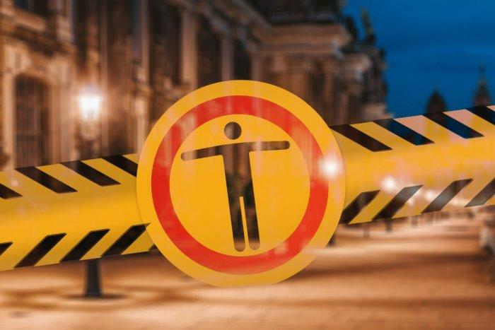 Ilustračný obrázok k článku Opáskované ihriská a policajti v uliciach. Humenné sprísňuje opatrenia