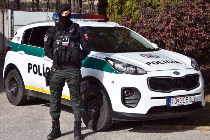 Ilustračný obrázok k článku Skvelá práca topoľčianskeho policajta: Neváhal a pomohol vodičke v problémoch