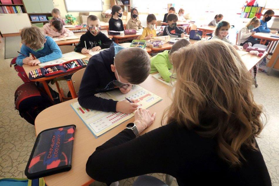 Ilustračný obrázok k článku Trenčania, situácia sa nezlepšuje: Zabudnite, že školy budú rýchlo otvorené