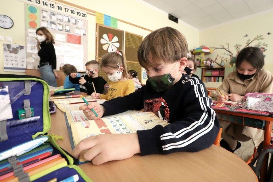 Ilustračný obrázok k článku Škôlky a prvý stupeň sa plošne otvárajú. Potrebujú deti rúško či respirátor?