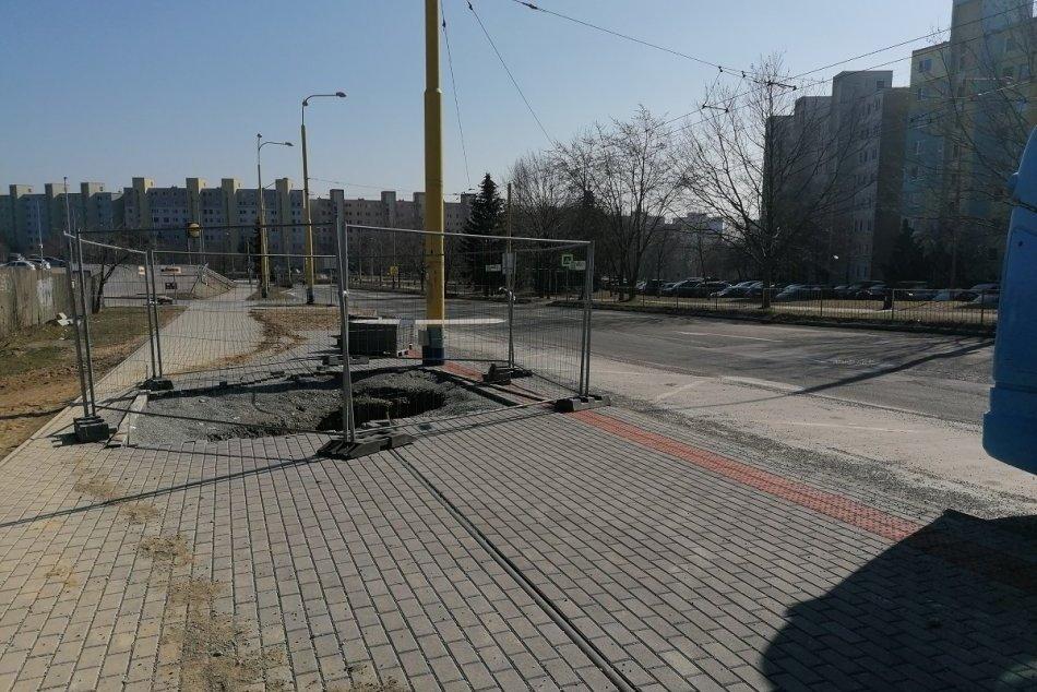 Ilustračný obrázok k článku Na sídlisku KVP začali s rekonštrukciou cesty J. Pavla II. Aké obmedzenia vodičov čakajú?, FOTO