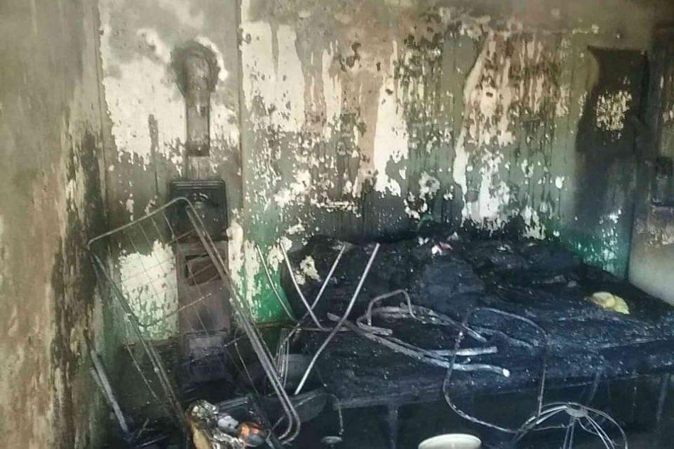 Ilustračný obrázok k článku Rodinný dom na Hrochoti zasiahli plamene: 2 zranené osoby skončili v nemocnici, FOTO