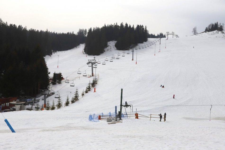 Ilustračný obrázok k článku Smutný pohľad pre lyžiarov: Na Donovaloch je snehu stále dosť, vleky však stoja, FOTO