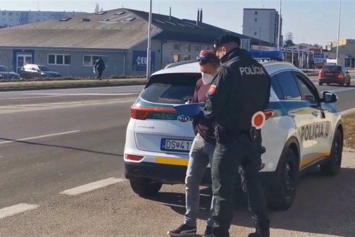 Ilustračný obrázok k článku To, čo sľubovali, aj plnia: Tu je dôkaz, že policajti kontrolujú v CIVILE! FOTO
