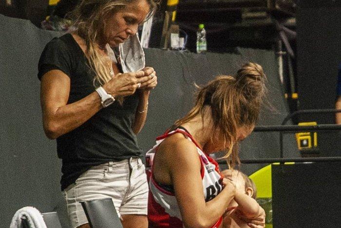 Ilustračný obrázok k článku Basketbalistka prelomila celosvetové TABU: Dcérku dojčila počas zápasu! FOTO