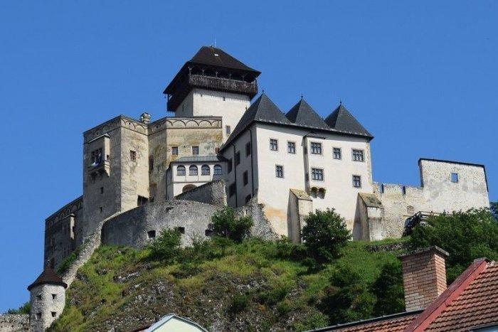 Ilustračný obrázok k článku Trenčiansky hrad ponúkne cenný SUVENÍR: Sledujte, akú unikátnu bankovku vydali