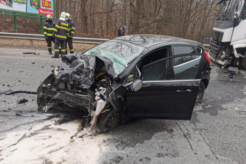 Ilustračný obrázok k článku Vážna nehoda v Kremnici: Zranená vodička po čelnej zrážke s kamiónom, FOTO