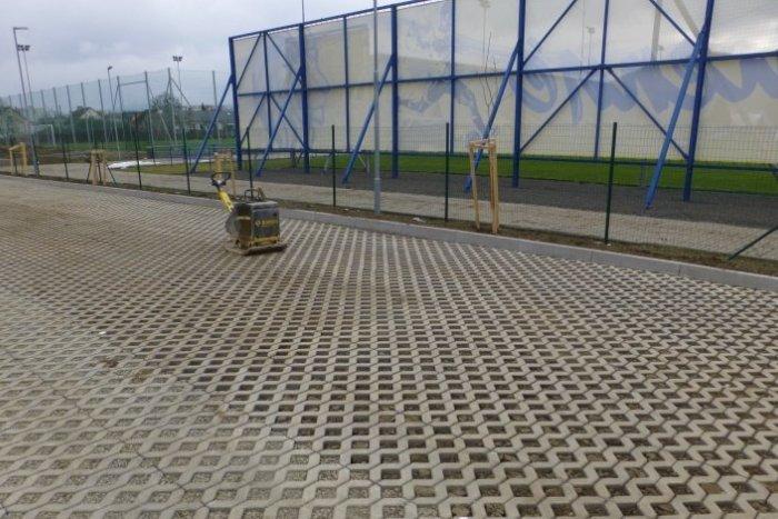 Ilustračný obrázok k článku Nové parkovisko pri futbalovom štadióne je hotové, FOTO