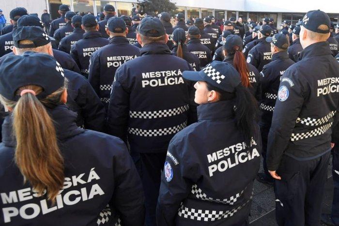 Ilustračný obrázok k článku Mestskí policajti zachránili mužovi život! Nechýbalo veľa a spadol by zo strechy