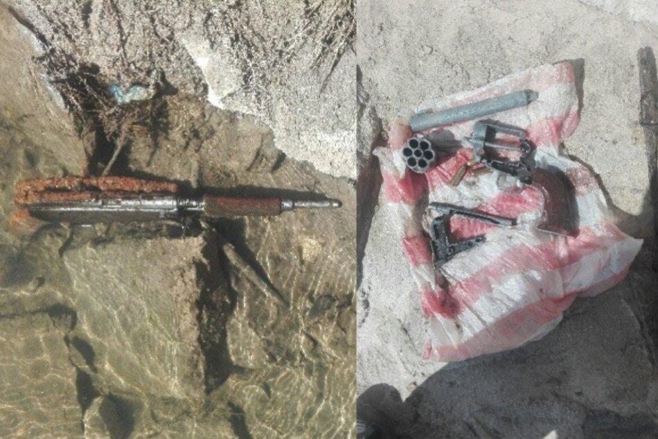 Ilustračný obrázok k článku Netradičný úlovok v rieke Nitra: Potápači objavili zbrane a aj granát, FOTO