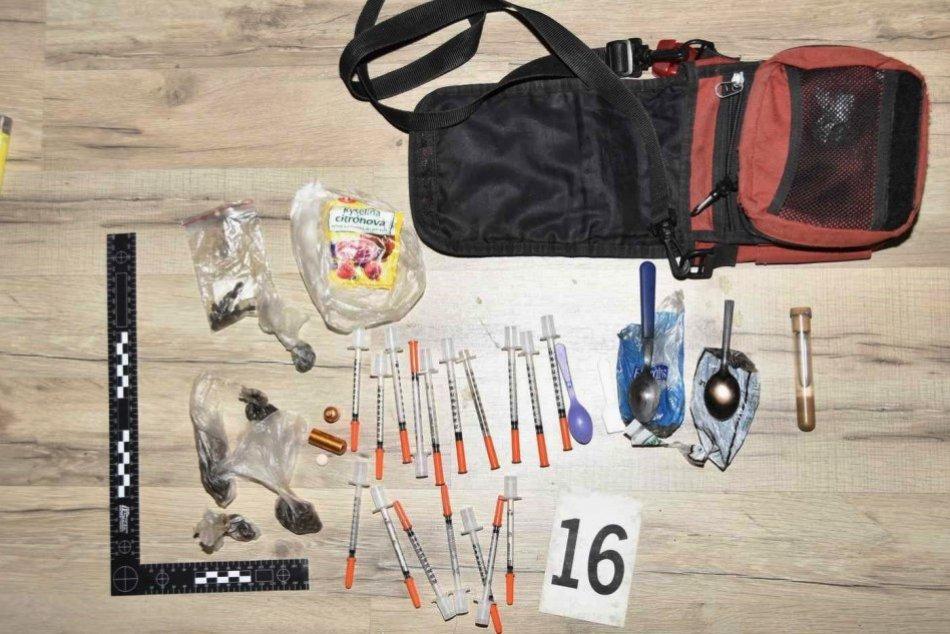 Ilustračný obrázok k článku Trojica z Topoľčian sa mala živiť predajom heroínu: Všetci skončili za mrežami