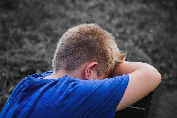 Ilustračný obrázok k článku Policajti vyšetrujú podozrenie z týrania: Chlapca objavili na dvore prikrytého perinou