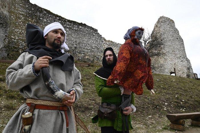 Ilustračný obrázok k článku Slovenské tradície majú svoje čaro: Smrtná nedeľa sa spája s vynášaním Moreny