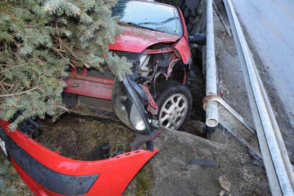 Ilustračný obrázok k článku Mladý vodič v Bystrici skončil v potoku: So spolujazdcom však majú ďalší problém, FOTO