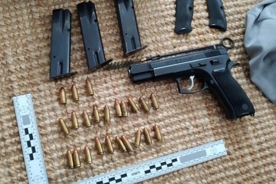 Ilustračný obrázok k článku Policajná razia odhalila zbrane aj drogy: Dvojici mužov hrozia roky basy, FOTO