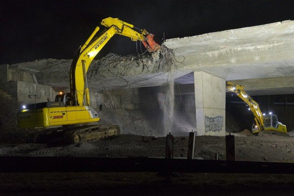 Ilustračný obrázok k článku Búracie práce na moste Podbanské sa začali: Na miesto dorazili ťažké stroje, VIDEO