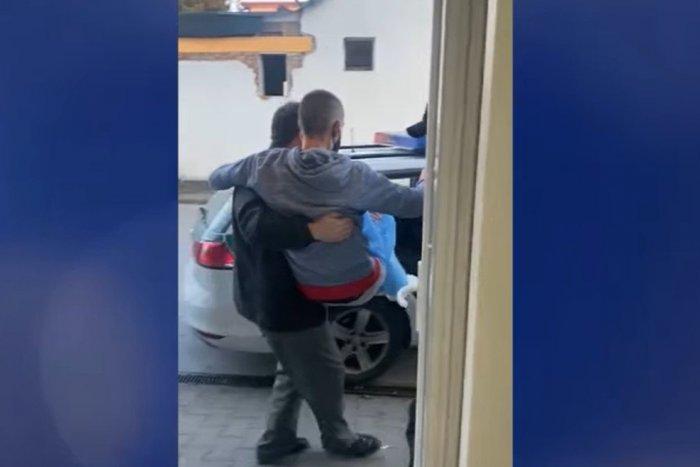 Ilustračný obrázok k článku Kuriózny zásah v Bratislave: Zlodej vyskočil z okna, policajt ho musel niesť na rukách
