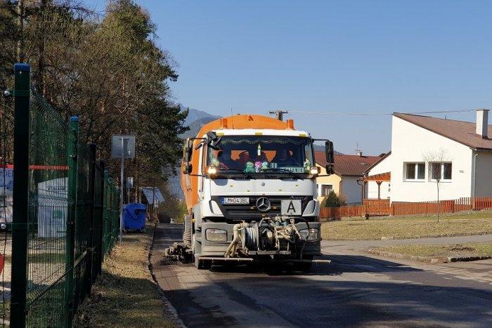 Ilustračný obrázok k článku Zima im dala zabrať: Liptovské mestá spustili čistenie ulíc po zimnej údržbe