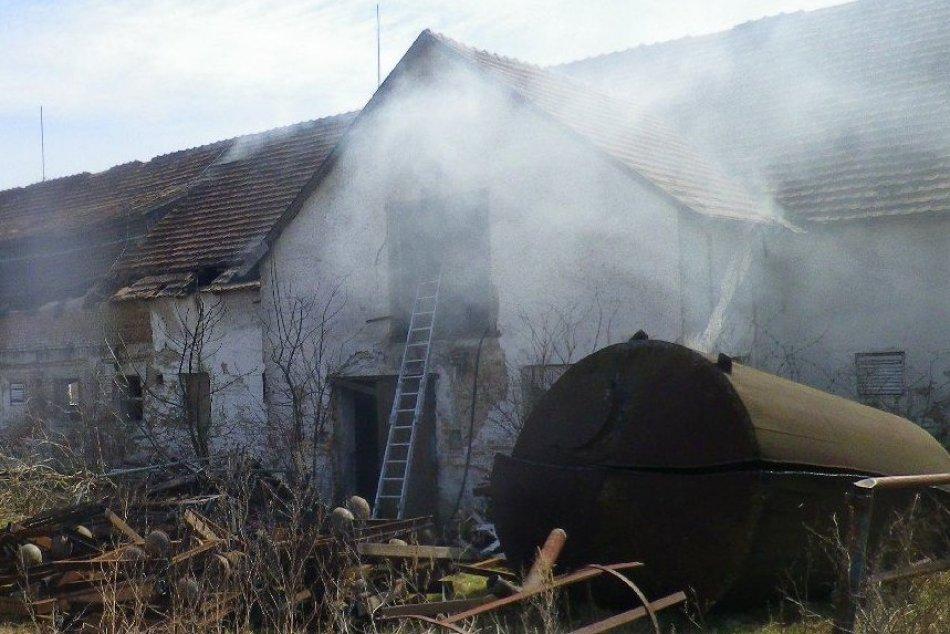 Ilustračný obrázok k článku Kravín v plameňoch: Hasiči spojili sily, aby požiar zlikvidovali, FOTO