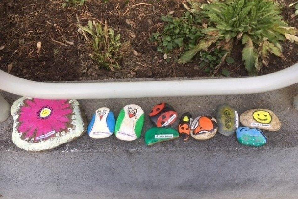 Ilustračný obrázok k článku V uliciach Bystrice pribudla nevšedná výzdoba: Všimli ste si maľované kamene? FOTO