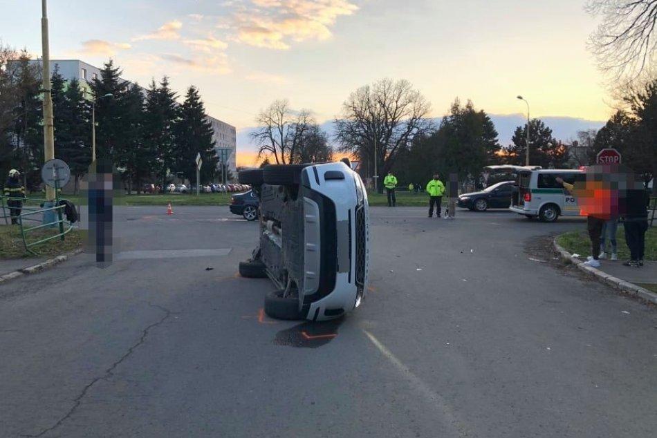 Ilustračný obrázok k článku Hrozivá nehoda v Strážskom: Po náraze sa jedno z áut prevrátilo, FOTO